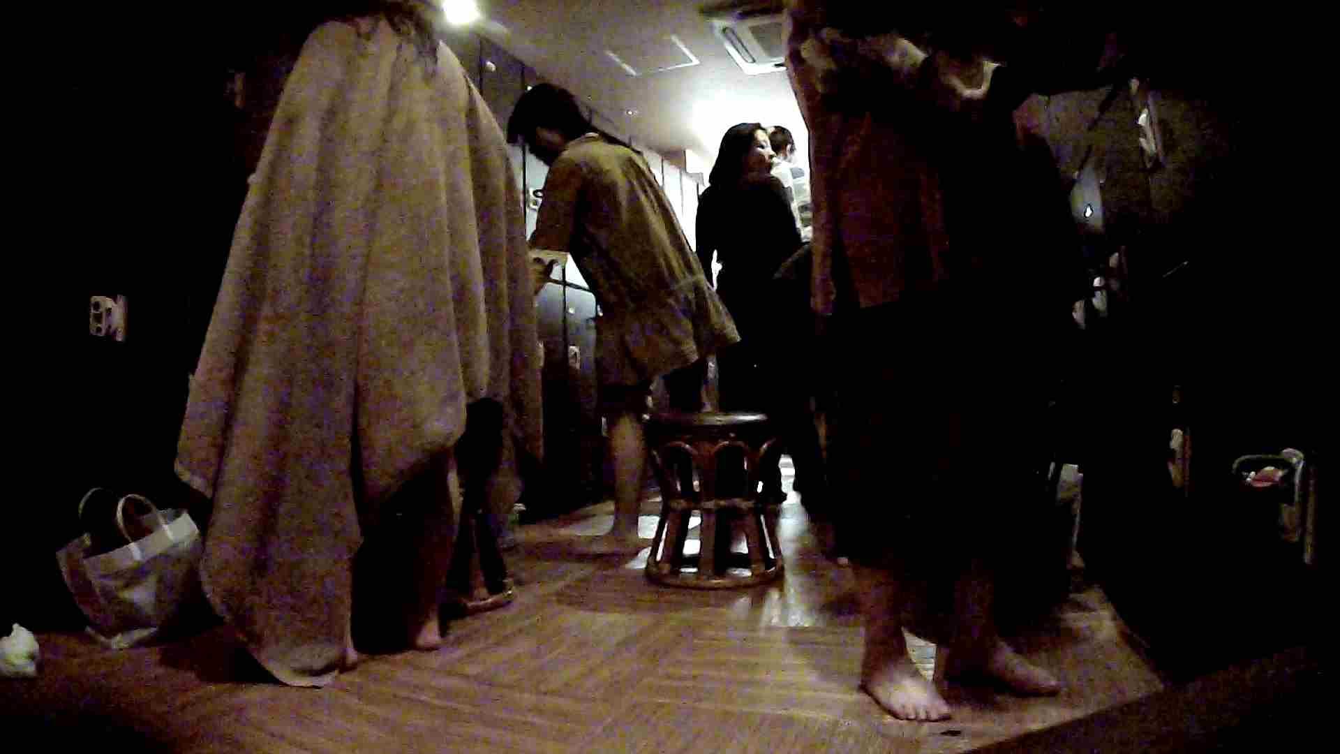 無修正エロ動画:脱衣所!オムニバス 大混雑!注目はあの人の御御足でしょう。:怪盗ジョーカー